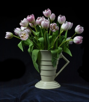 Bos tulpen in een art deco vaas met zwarte achtergrond