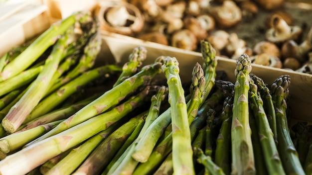 Bos van asperges te koop in de supermarkt