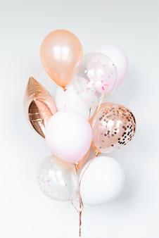 Bos van ballen in witte en roze kleuren op een lichte achtergrond