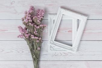 Bos van bloemen dichtbij fotolijsten
