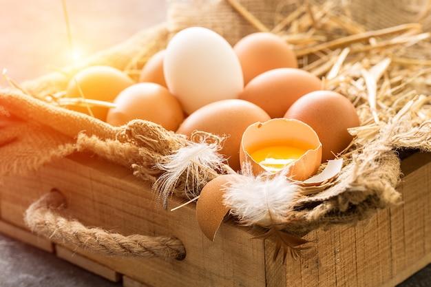 Bos van bruine eieren in houten krat