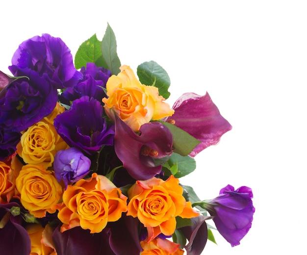 Bos van calla lelie, rozen en eustoma bloemen grens geïsoleerd op wit