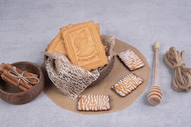 Bos van diverse koekjes en pijpjes kaneel op grijze achtergrond. hoge kwaliteit foto