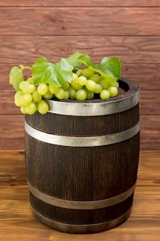 Bos van druiven op houten vat