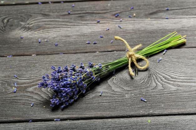 Bos van gedroogde lavendel op houten achtergrond