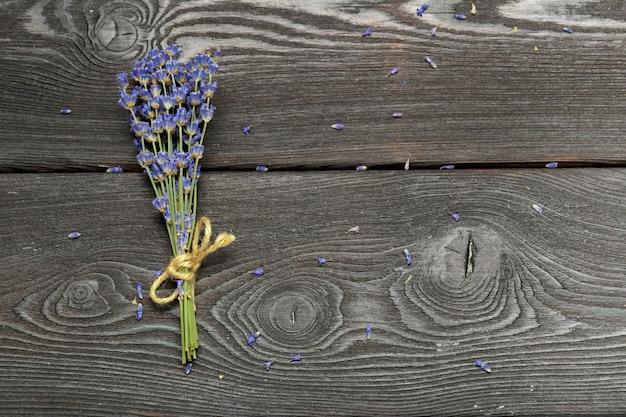 Bos van gedroogde lavendel op houten