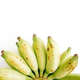Bos van geïsoleerde bananen. creatief voedselconcept