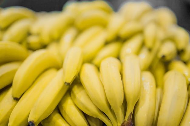 Bos van gele bananen in supermarkt vers en gezond ondiepe scherptediepte