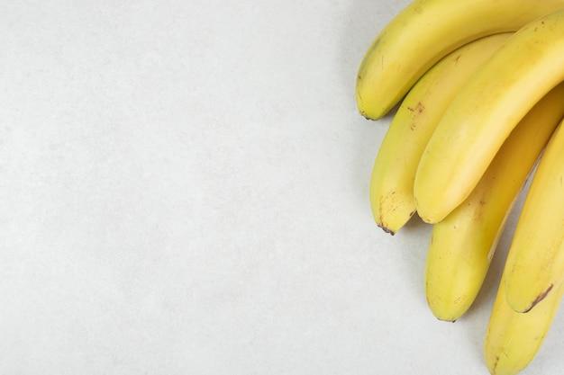 Bos van gele bananen op grijze ondergrond