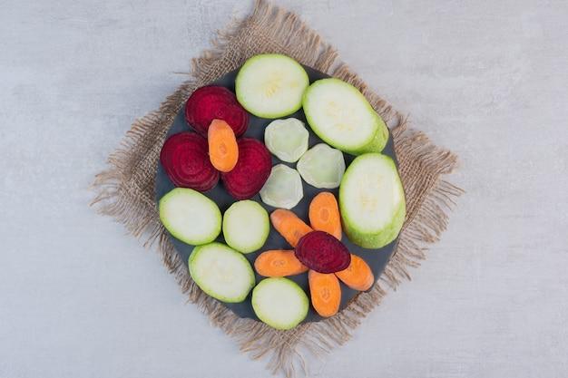 Bos van gesneden rauwe groenten op houten stuk. hoge kwaliteit foto