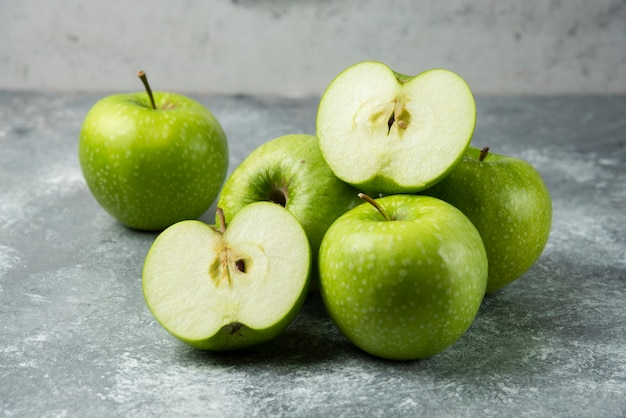 Bos van groene appels op marmer.