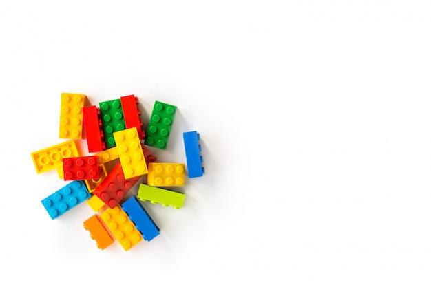Bos van kleurrijke plastick-aannemerskubussen op wit. populair speelgoed. copyspace