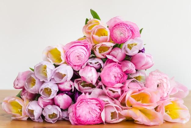 Bos van kleurrijke tulpen en roze ranunculus boterbloem bloemen
