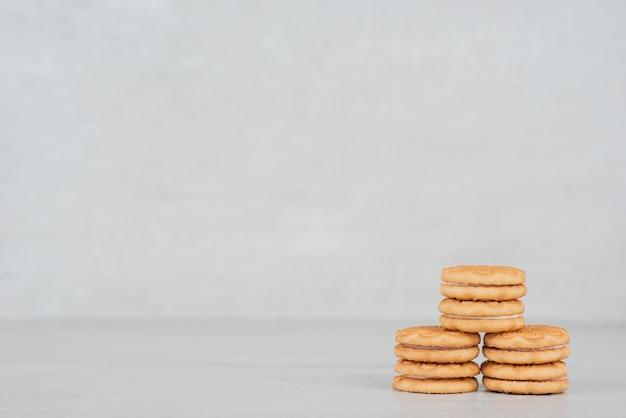 Bos van koekjes met room op wit.