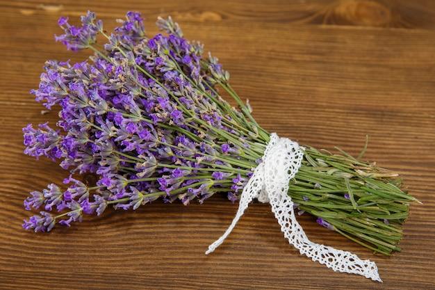 Bos van lavendel bloemen op een oude houten tafel