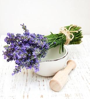 Bos van lavendelbloemen en mortier