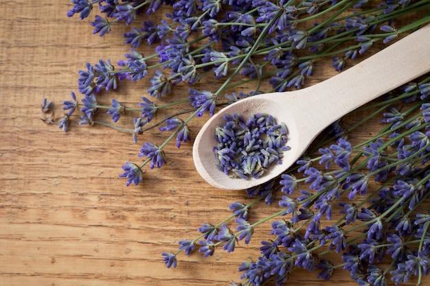 Bos van lavendelbloemen op een oude houten lijst