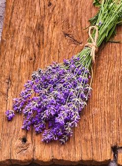 Bos van lavendelbloemen op houten bord