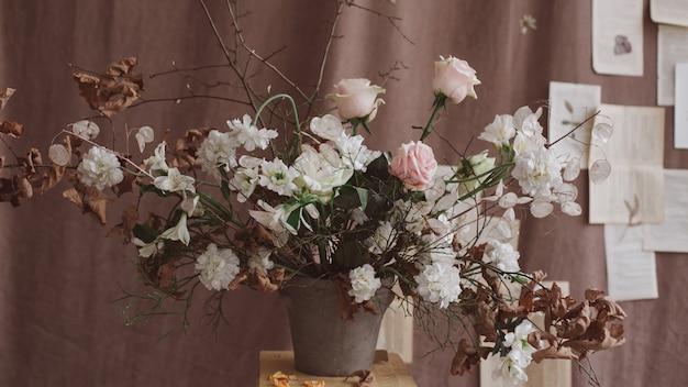 Bos van lentebloemen. huisdecoratie. stilleven op donkere achtergrond. bruiloft decoratie. concept van vakantie, verjaardag, valentijnsdag, 8 maart