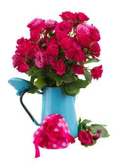 Bos van mauve rozen in blauwe pot met hart geschenkdoos geïsoleerd op een witte achtergrond