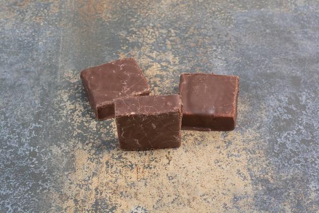 Bos van melkachtige chocolade op marmeren achtergrond