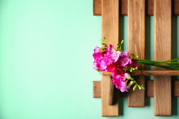 Bos van mooie fresiabloemen op houten plank