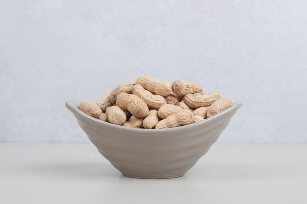 Bos van organische pinda's in ceramische kom