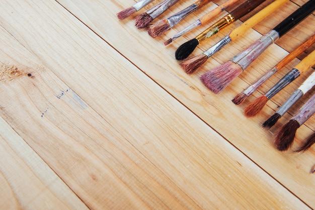 Bos van oude kunstenaarspenselen op houten rustieke lijst