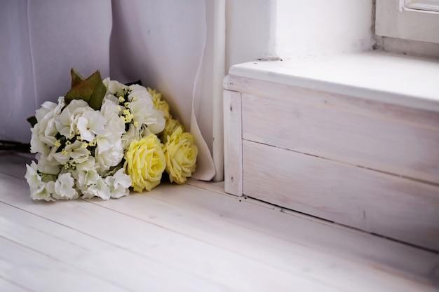 Bos van prachtige kunstmatige roze bloemen op een vloer