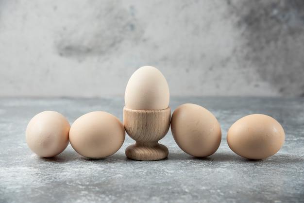 Bos van rauwe eieren op marmeren tafel.