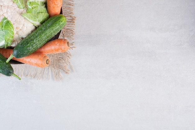 Bos van rauwe groenten in klassieke kom. hoge kwaliteit foto