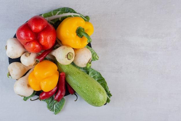 Bos van rauwe groenten op stenen tafel. hoge kwaliteit foto