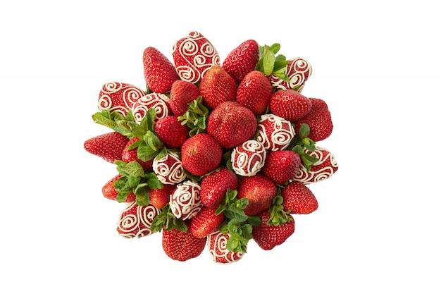 Bos van rijpe aardbeien versierd met witte chocolade en verse munt op een witte achtergrond