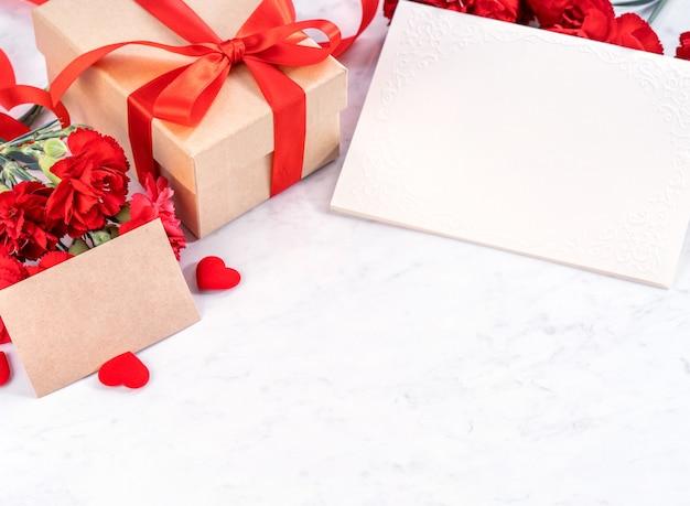 Bos van rode anjer met geschenkdoos voor moederdag groet concept.