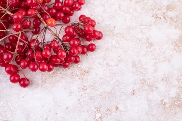 Bos van rode bessen op marmeren ondergrond