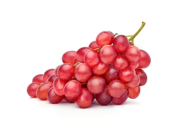 Bos van rode druif geïsoleerd op een witte achtergrond.