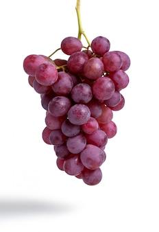 Bos van rode druiven die op wit worden geïsoleerd
