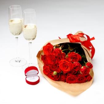 Bos van rode rozen die op wit worden geïsoleerd. valentijnsdag concept