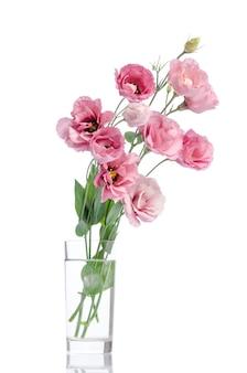 Bos van roze eustomabloemen in glasvaas