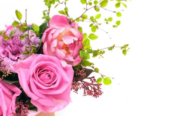 Bos van roze rozen die op witte achtergrond worden geïsoleerd