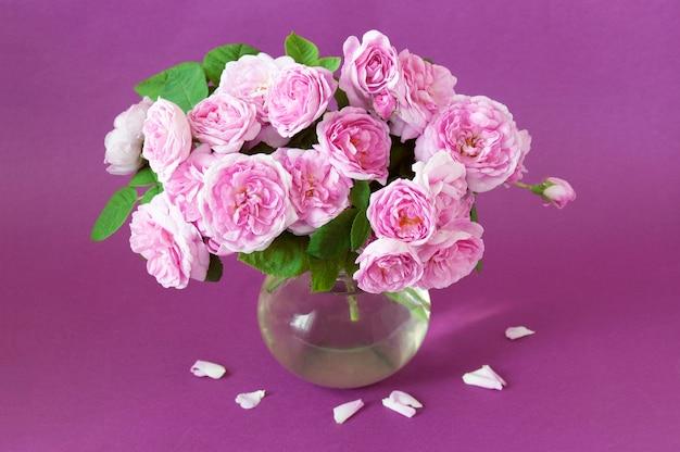 Bos van roze rozen in een vaas