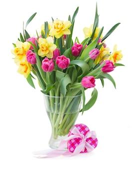 Bos van roze tulp bloemen en gele narcissen in vaas geïsoleerd op een witte achtergrond