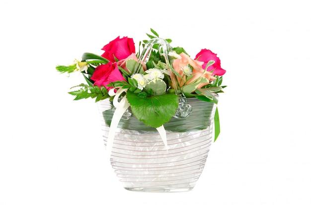 Bos van rozen in een vaas die op witte ruimte wordt geïsoleerd