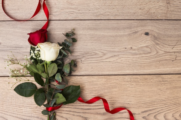 Bos van rozen in rood lint