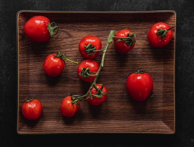 Bos van tomaten op dienblad