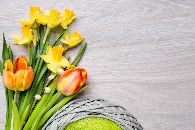 Bos van tulpen en narcissen op hout. tekst ruimte