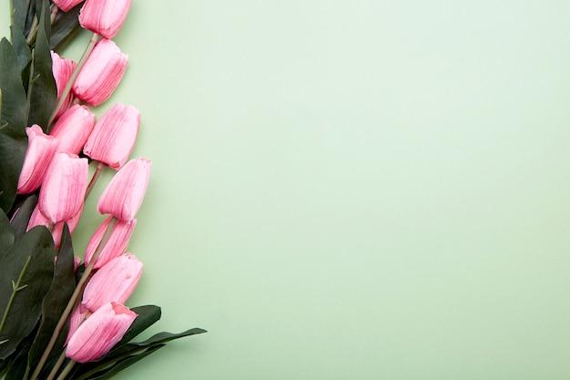 Bos van tulpenbloemen op groen