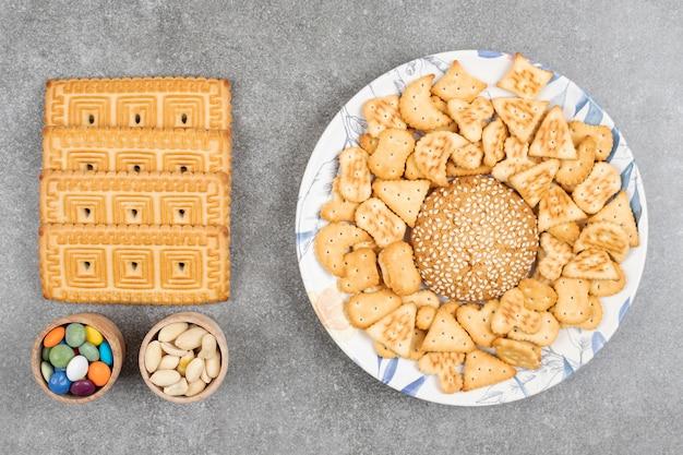 Bos van verschillende heerlijke koekjes en snoepjes op marmeren oppervlak