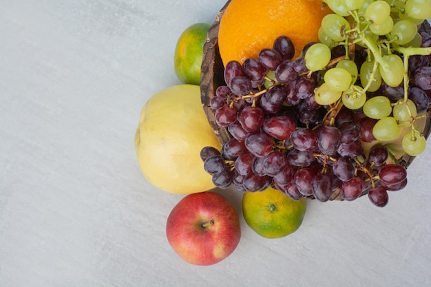 Bos van verschillende vruchten in houten emmer. hoge kwaliteit foto