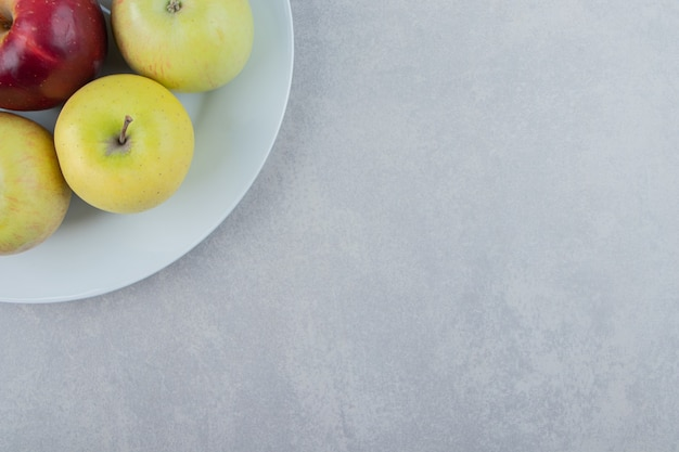 Bos van verse appels op witte plaat